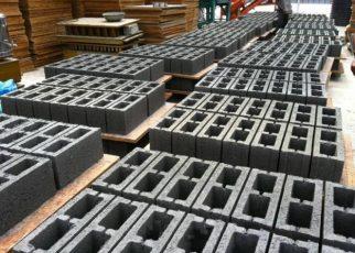 Formas manuais para fabricacao de blocos de concreto